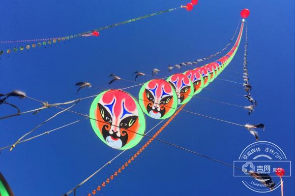 """省全民健身风筝展示大会江城开幕 最大""""滚地龙""""风筝长28米"""
